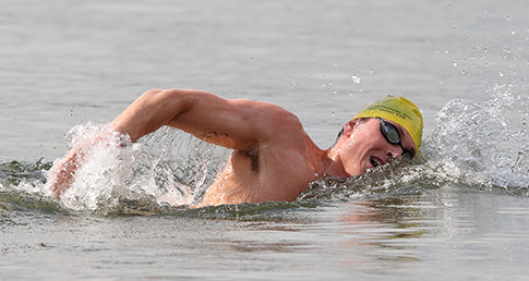 Roberto Pavoni wins national open water gold. Image of Pavoni swimming open water.