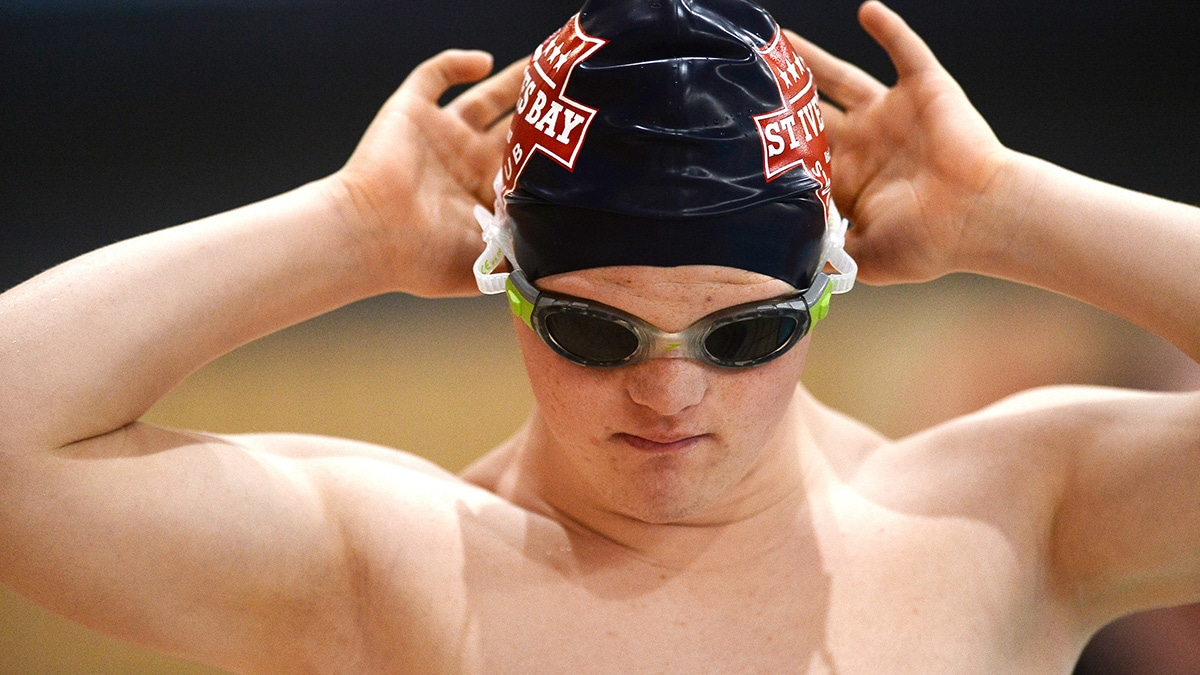 Para-swimmer Leo Pellow adjusts goggles