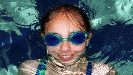 Wearing goggles in swimming lessons