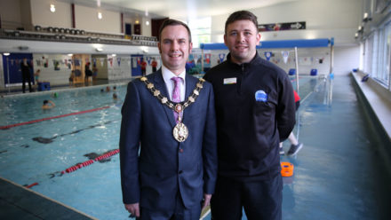 Mayor of Trafford ′proud′ to learn to swim