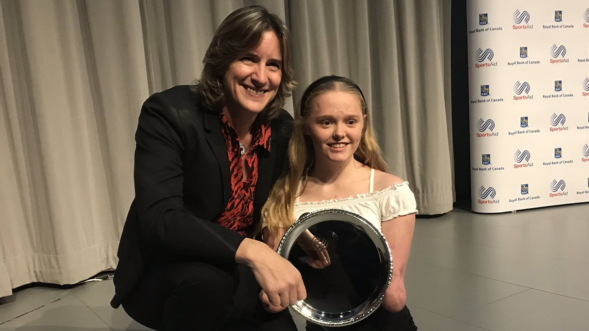 Ellie Challis receives her SportsAid One-to-Watch award from Dame Katherine Grainger