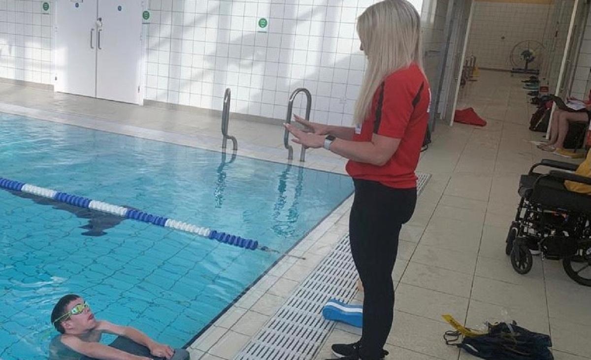 Zoe Cowan coaching para-swimmer Joe Field